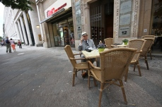 dolce far niente, Italian, Berlin,, coffee, street, night life, beer, Unter den Linden, Brandenburg Gate,